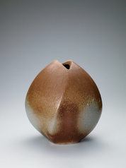 写真:Bizen jar with irregular shape.