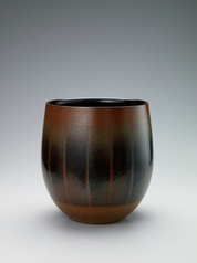 写真:Tanba flower vessel with iron black glaze.