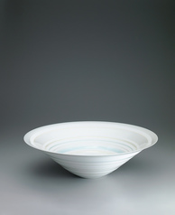 "写真:White porcelain bowl with pale blue glaze. ""Line"""