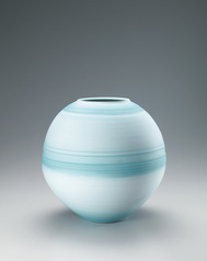 "写真:Flower vase with ""dream"" celadon glaze and line design."
