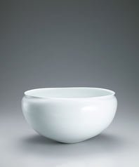 写真:White porcelain bowl.