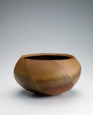 写真:Bizen faceted flower vessel.