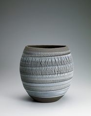 写真:Jar with cracks and line design.