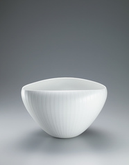 写真:Textured white porcelain bowl.