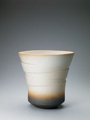 写真:Vessel with unusual appearance and slip glaze.