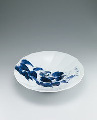 写真:Bowl with Japanese hydrangea vine design.