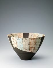 写真:Deep bowl with design in colored slip painting.