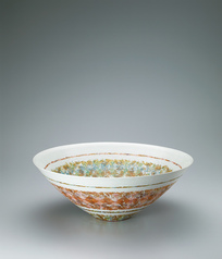写真:Bowl with overglaze enamel and gold decoration.
