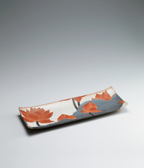 写真:Rectangular dish with lotus design.