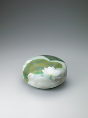 写真:Circular box with lotus design in underglaze spraying.