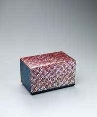 "写真:Box with design in mother-of-pearl inlay and makie. ""Japanese pearlwort"""