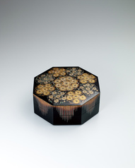 "写真:Octagonal box with design in makie. ""Flower crests"""
