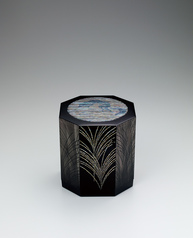 "写真:Octagonal box with design in makie. ""Moonlight"""