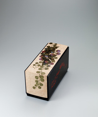 "写真:Box with design in makie on plain wood surface. ""A summer day"""