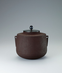 写真:Tea ceremony kettle with flared mouth and twisted line design made by secondary lathing.