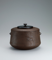 写真:Tea ceremony kettle with angular shoulder.