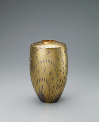 写真:Silver flower vessel with gold decoration.