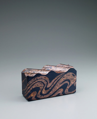 "写真:Box of mokumegane made of gold, silver and copper with cutout inlay. ""Shore with rough waves"""