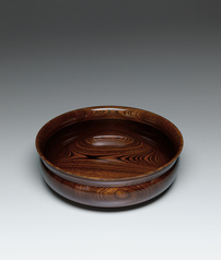 写真:Bowl of zelkova wood finished in wiped urushi.