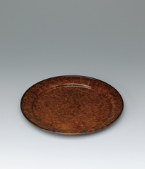 写真:Flat bowl of Chinese quince wood finished in wiped urushi.