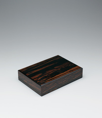 写真:Letter box of black persimmon wood with inlay finished in wiped urushi.