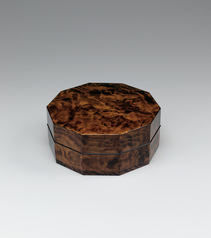 写真:Decagonal covered food box of Yanase cedar wood finished in wiped urushi.