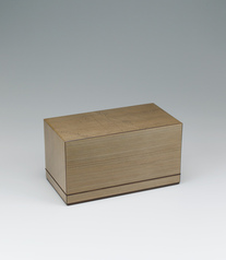 写真:Tiered box of jindai cedar wood with straight grain with flat grain wood inlay.