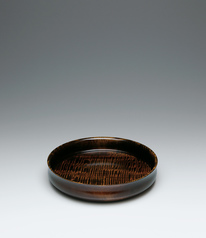 写真:Food vessel of horse chestnut wood finished in wiped urushi.