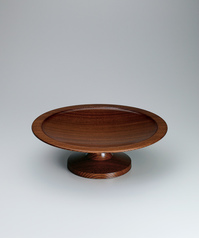 写真:Pedestaled food vessel of zelkova wood finished in wiped urushi.