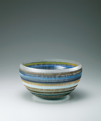 写真:Blown glass bowl with fabric pattern decoration.