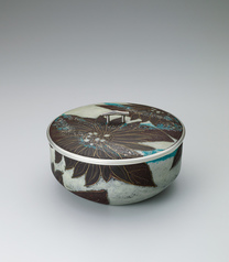 "写真:Opaque cloisonne vessel for sweets. ""Flowers blowing in the wind"""