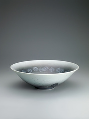 写真:Bowl with snowflakes design in overglaze enamel, underglaze sprayed thin black ink and sumi-hajiki.