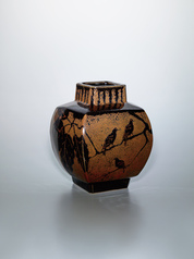 写真:Square jar with iron glaze and design of bird on a Daimyo oak branch.