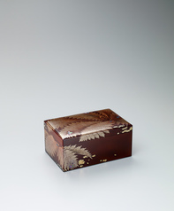 写真:Box with fern design in makie and uruminuri.