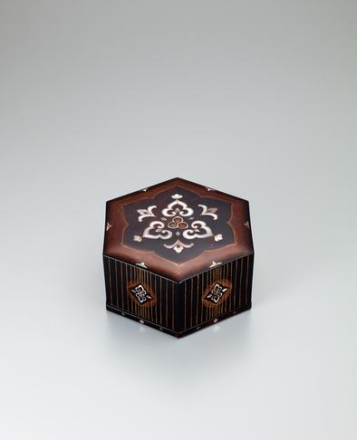 image Hexagonal box with tortoiseshell and mother-of-pearl inlay.