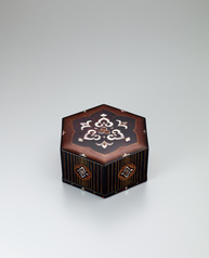 写真:Hexagonal box with tortoiseshell and mother-of-pearl inlay.