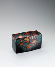 "写真:Box with design in makie. ""Brilliant blue and red flowers"""