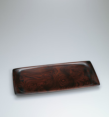 写真:Rectangular food vessel of zelkova wood finished in wiped urushi.