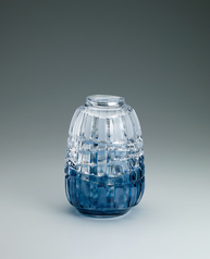 写真:Cut glass flower vase.