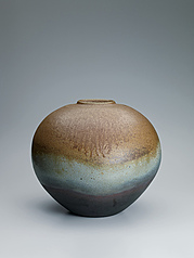 写真:Bizen jar with kiln mutation effects.