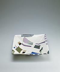 写真:Square bowl with salt glaze and marbled clay decoration.