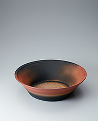 写真:Bowl with glaze in kakewake style and kiln mutation effects.