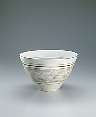 写真:Bowl covered with white slip and with inlay and line decoration.