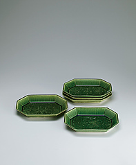 写真:Set of dishes with green glaze.