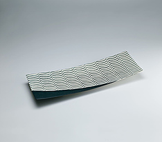 写真:Rectangular dish with salt glaze and roof tile design.