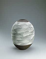 写真:Jar with ocean wave design in hakeme brush marks.