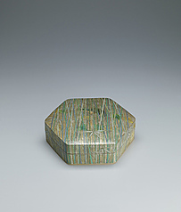 写真:Hexagonal box with bamboo grove design in gold and silver.