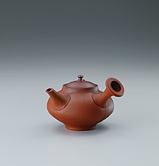 写真:Red clay teapot with kiln mutation effects.