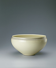 写真:Pale yellow-colored bowl.