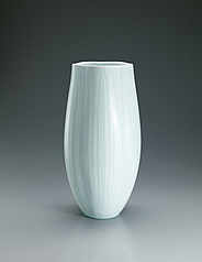 写真:White porcelain flower vessel with pale blue glaze and line design.